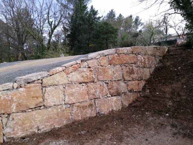 Murs de soutènement et enrochements
